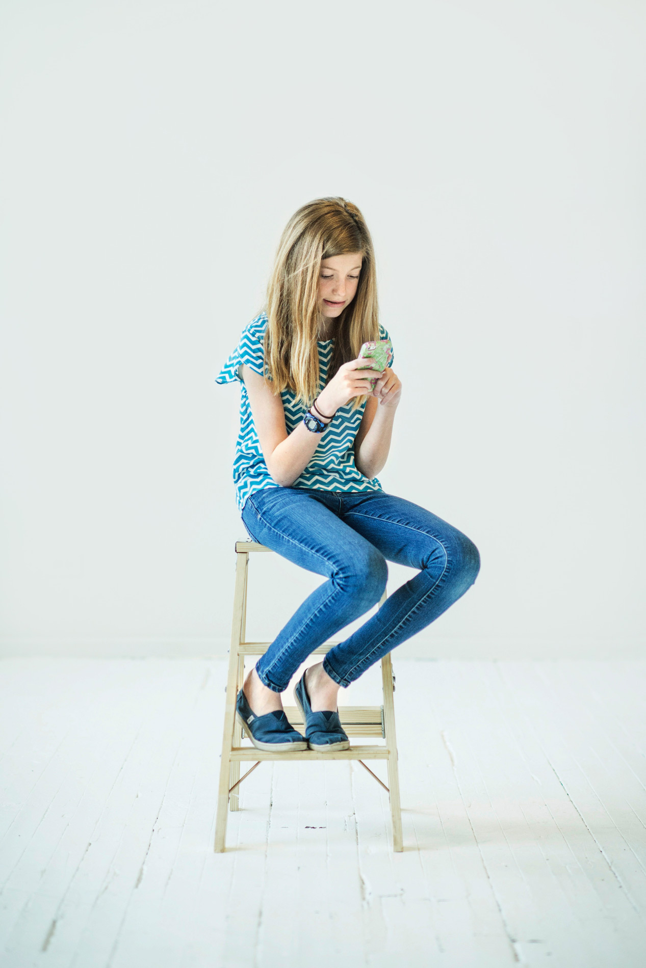 tween looking at cell phone